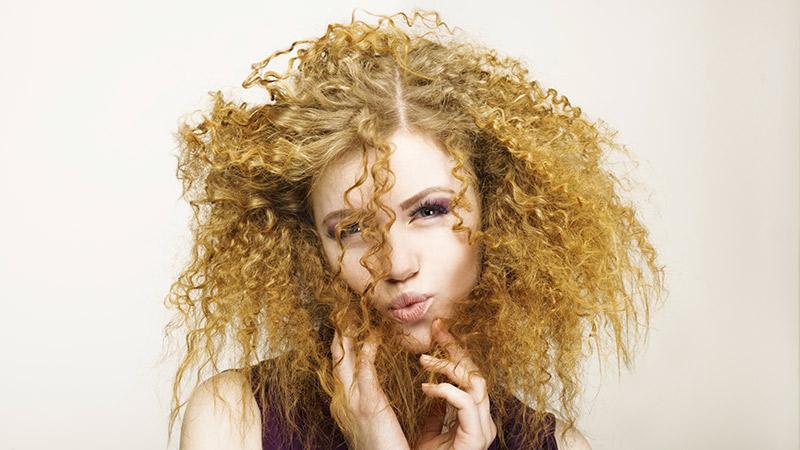I capelli abbandonano la pelle sui pruriti principali